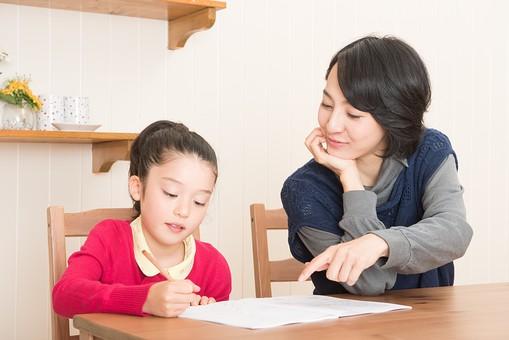 宿題を手伝う親